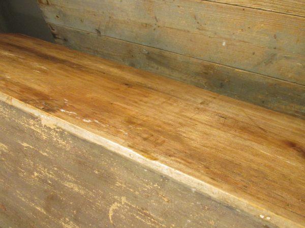Oud houten schapje met planken