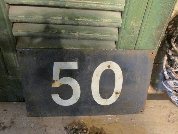 Oud huisnummerbord van metaal, nr 50