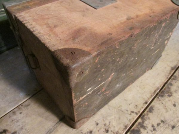 Oude houtje kistje met metalen hoeken