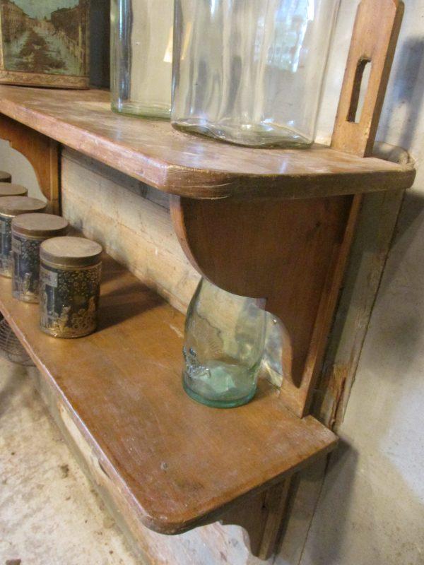 Oud regaal in de oude verf