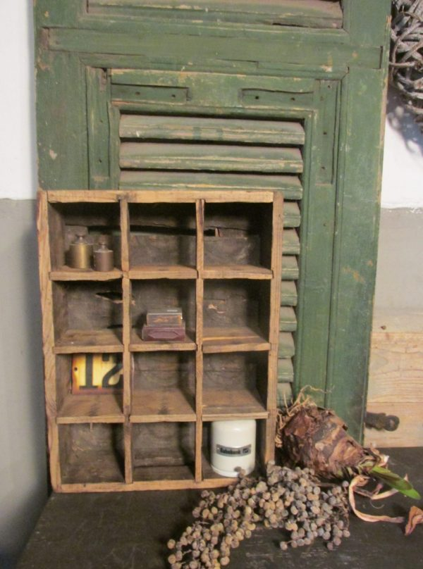 Oude vakkenkrat in de oude verf