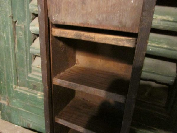 Oud houten kistje met vakken en schuifdeksel