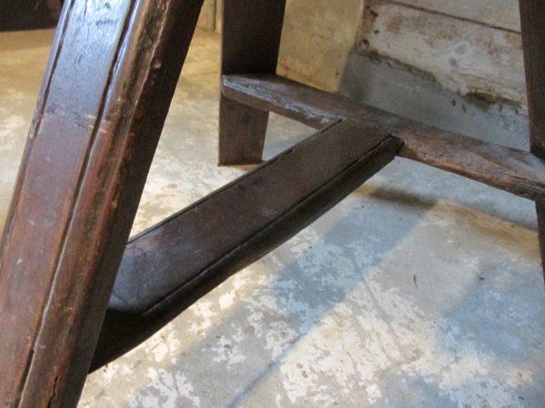 Antieke ronde tafel, sober als bijzetter