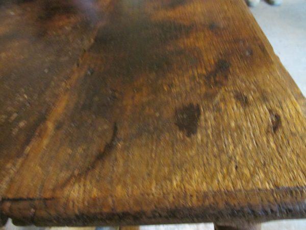 Sobere oude eiken tafel om aan te eten of te werken