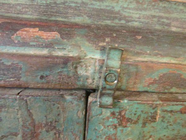 Oud kastje uit India in het donker groen