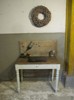 Oud wit tafeltje om aan te eten of te werken