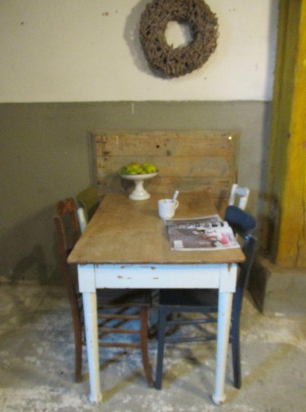 Brocante oude tafel om aan te eten of te werken