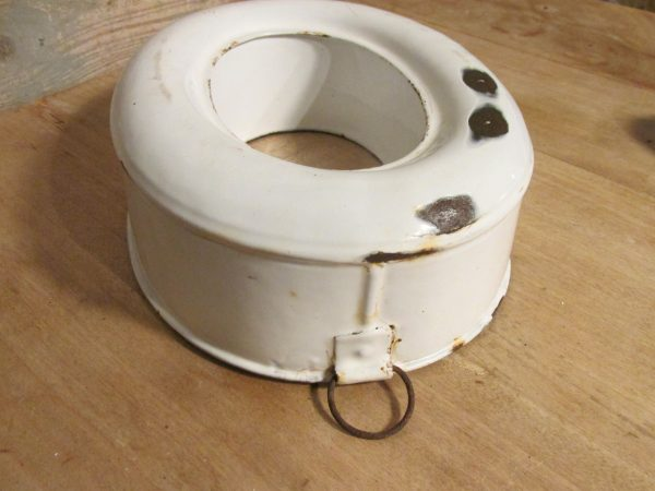 Oude witte emaille rijstring