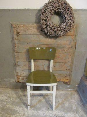 Oude houten stoel in groen met crème