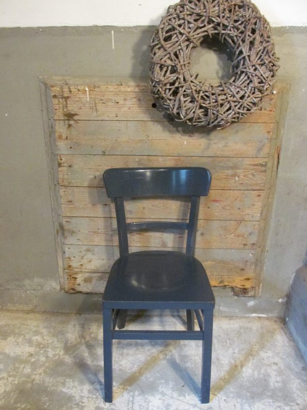 Oude houten stoel in blauw