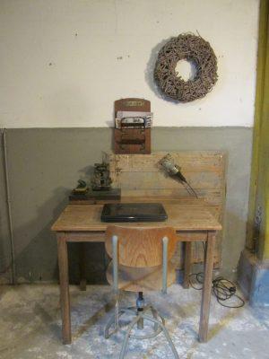 Oude kleine houten tafel om aan te werken of te eten