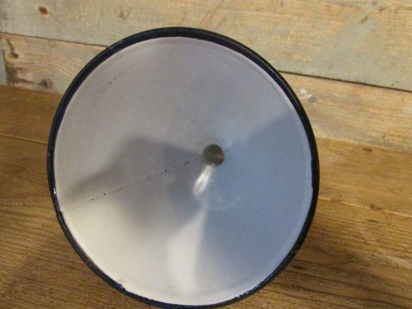 Emaille witte trechter met blauwe rand