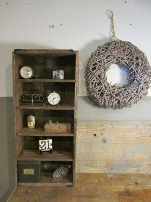 Oud houten kastje met planken, zwart