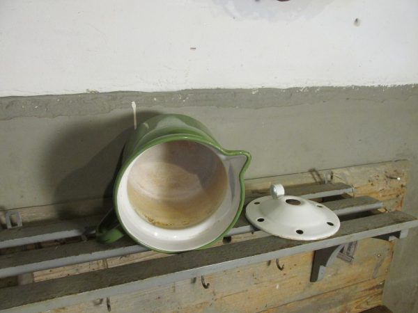 Oude melkkoker van emaille in Reseda