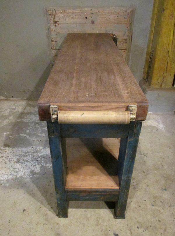 Oude houten werkbank met bankschroef