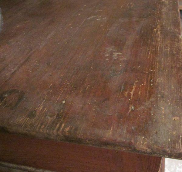 Antieke kast met deuren en lade