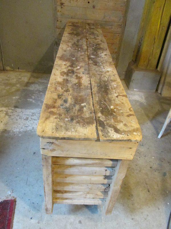 Oude houten bakkerskast als dressoir