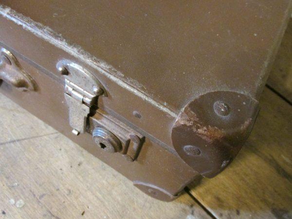 Oude koffer in het donkerbruin 45.5 x 27 cm