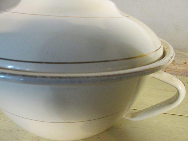 Oude emaille terrine of dekschaal in het crème