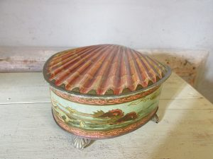 Oud blik in de vorm van een schelp