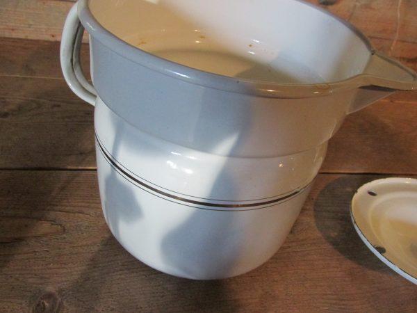 Emaille oude melkkoker, lichtgrijs met zilverbies