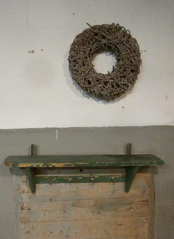 Oud groen regaal in de oude verf