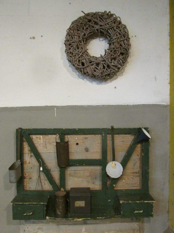 Oud groen regaal met 2 lades in de oude verf