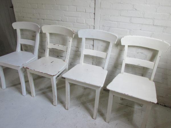 Oude eettafel stoel van teak hout in crème