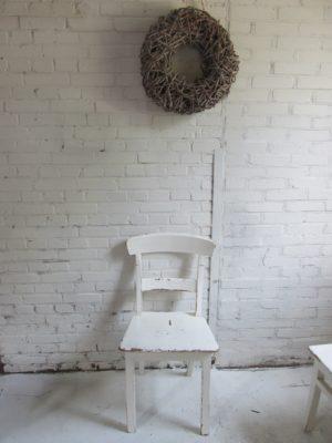 Oud houten stoel voor aan je tafel, teak in crème