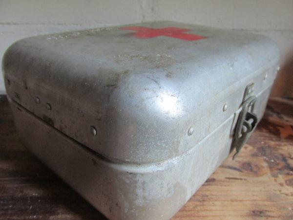 Oud EHBO trommeltje van aluminium