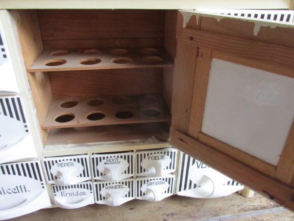 Oud kruidenkastje in zwart wit