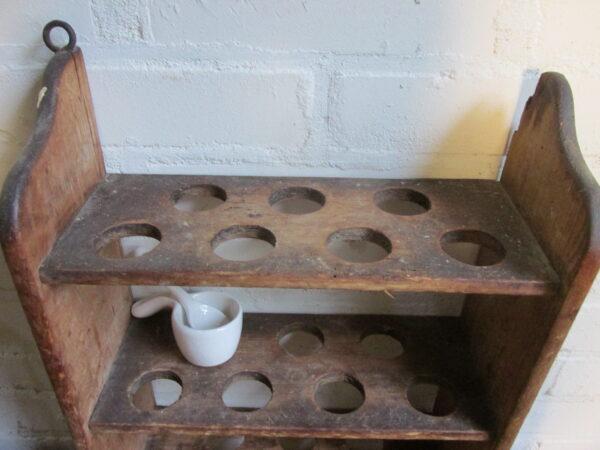 Heel oud houten eierrek