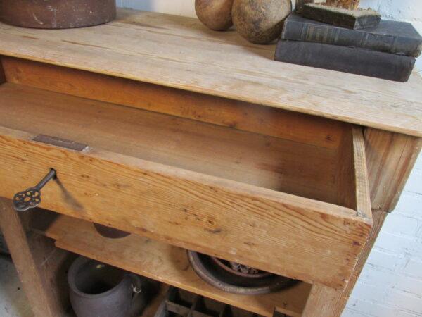 Antiek grenen open kastje met lade