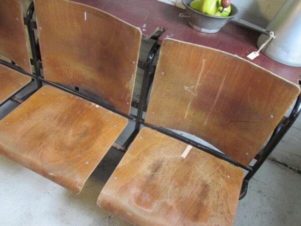 Rijtje oude college stoelen