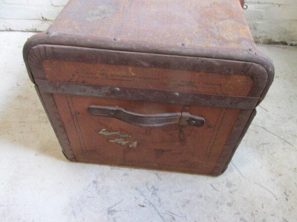 Oude bruine hutkoffer, als salontafel bijvoorbeeld