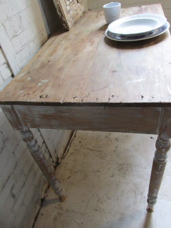 Antiek brocant tafeltje om aan te werken of te eten