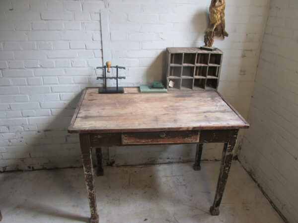 Sobere oude brocante kleine tafel