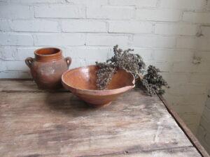 Oude terracotta schaal met tuut, afroomschaal
