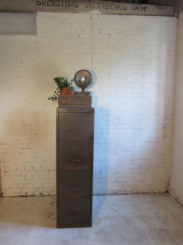 Oude stalen industriële ladekast / archiefkast