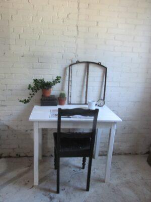 Oude kleine witte tafel om aan te werken of te eten