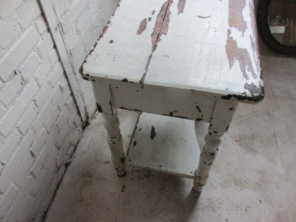 Oud brocant wit tafeltje met klep