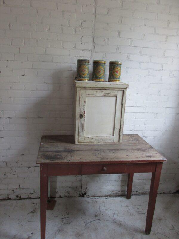 Oude brocante kleine hangkast in de oude verf