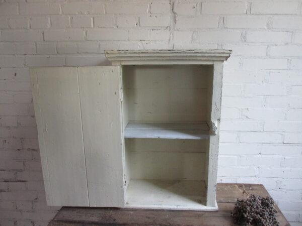 Oude hangkast, flink model in wit