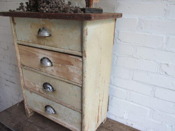 Heel klein oud ladekastje in de oude verf