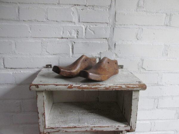 Oude kleine houten schoenmal, 2 op voorraad