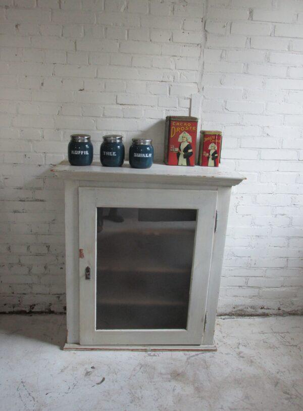 Oude brocante witte vitrine kast met matglas