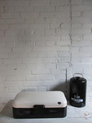 Oude emaille broodtrommel zwart met crème