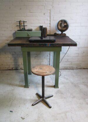 Oude werkbank, groen staal met hout
