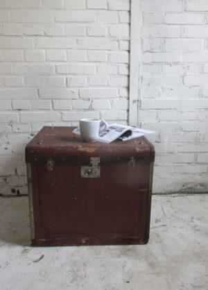 Oude vierkante hutkoffer in het bruin