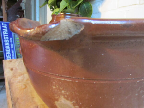 Oude afroomschaal van aardewerk, bruin